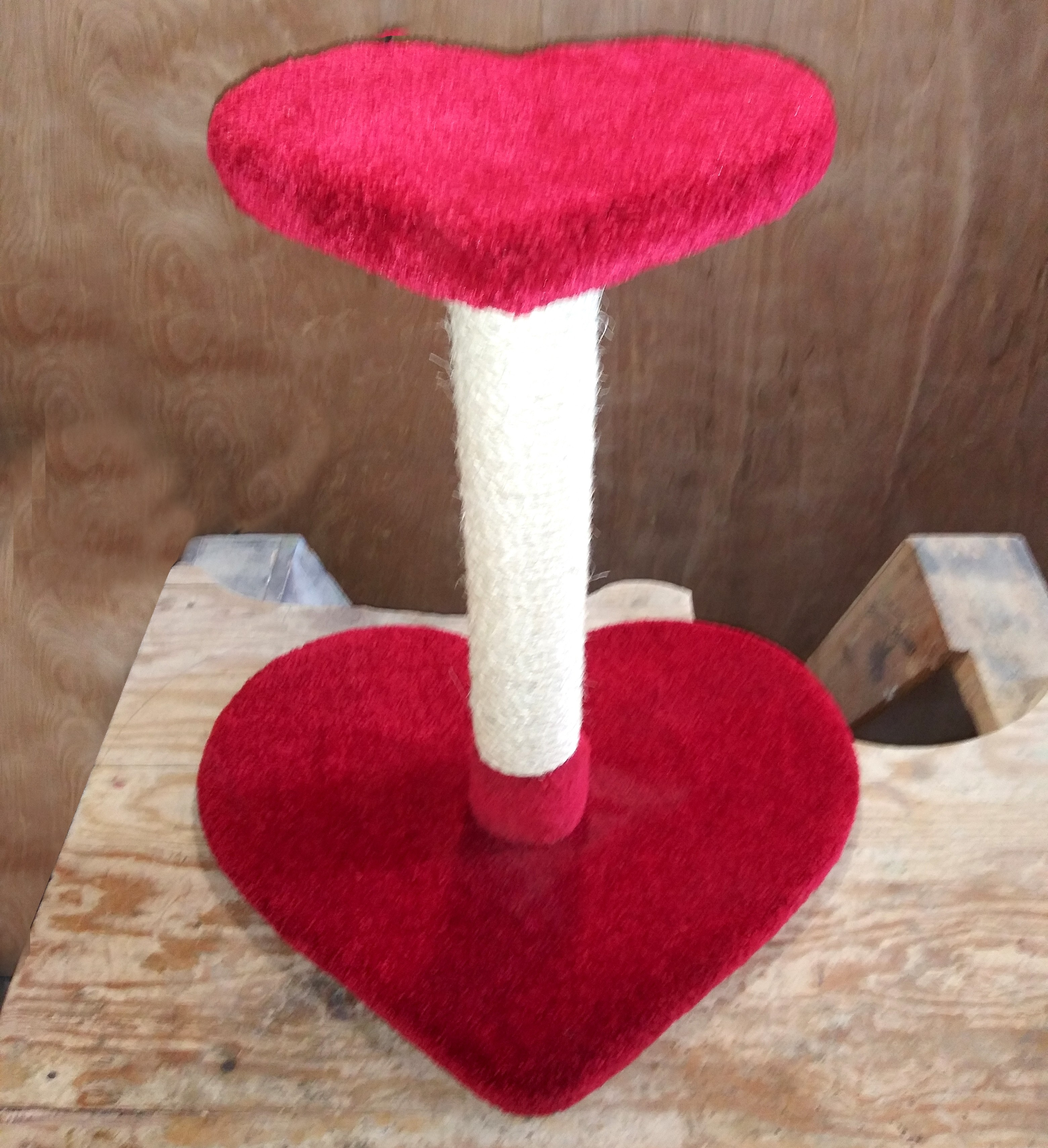 Sweetheart Scratch Post (Red)